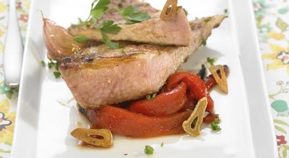 Secreto de cerdo con pimientos asados