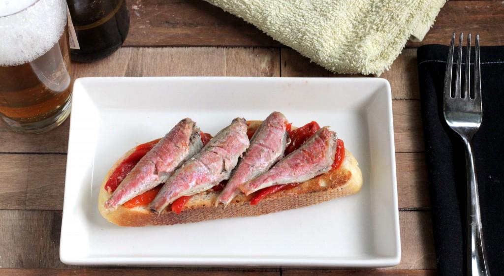 Tosta de salmonetes y pimientos confitados